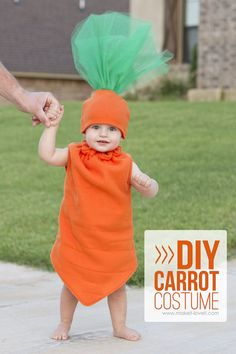 DIY Carrot Costume — fun for any age!) DIY Carrot Costume…fun for any age! A simple and unique costume you can whip up in an afternoon! Food Costumes, Unique Costumes, Cute Costumes, Halloween Costumes For Kids, Costume Ideas, Children Costumes, Carnaval Diy, Costume Carnaval, Costume Fruit