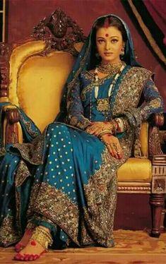 Aishwarya Rai in a blue benarasi in a still from Devdas bollywood saree Mode Bollywood, Bollywood Saree, Indian Bollywood, Bollywood Fashion, Bollywood Bridal, Actress Aishwarya Rai, Bollywood Actress, Aishwarya Movie, Pakistan