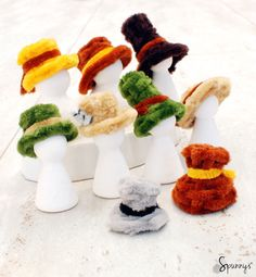 Pipe cleaner hats - how to make your own (DIY). These mini hats could be used with peg dolls. Or they could just be used as ornaments to decorate the house. An adorable and easy craft idea. The tutorial is clear and includes lots of pictures. Pipe Cleaner Projects, Pipe Cleaner Art, Pipe Cleaner Animals, Pipe Cleaners, Pipe Cleaner Fairies, Chenille Crafts, Diy Pipe, Clothespin Dolls, Diy Hat