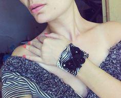 Bracelete Couro preto/branco flor Vendas: whatsapp: 317300-4489 http://instagram.com/petalasdemaria