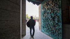 La Sagrada Família culmina la fachada del Naixement.  La instalación del portal de la Fe, obra de Etsuro Sotoo, concluye el frontis iniciado por Gaudí en 1892.