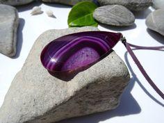 Pierre d'agate violette et rose montée sur bélière en plaqué argent : Pendentif par lapassiondisabelle