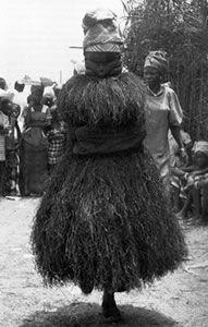 Mende Sande Society Exhibit. Máscara de Bundu. Sociedad Sande, pueblos Mende (bosques de África occidental de Sierra Leona y Liberia). 19 a 20 siglo C.E. Madera, tela y fibra.
