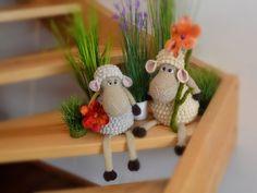 Häkle Dir jetzt mit der flauschigen Wolle, der Häkelnadel und natürlich der PDF-Anleitung ein Schaf im Noppenmuster als Osterdeko / Kantenhocker. Viel Spaß.