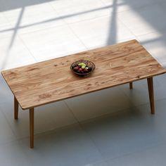 Massivholztisch MARLIESE besticht durch seine Leichtigkeit und Formensprache. Ein besonderer Hingucker ist das Massivholz RÜSTER, das hier mit Holzlöl bearbeitet wurde.