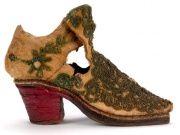 Schuh mit einem roten Absatz aus dem 17. Jahrhundert.