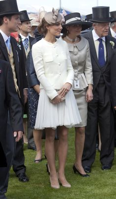 Catherine, in a white dress by Reiss, ivory jacket by Joseph, and beige shoes by LK Bennett, carrying her Natalie clutch from LK Bennett. Duchess Kate, Duchess Of Cambridge, Ascot Dresses, Princesse Kate Middleton, Orange Midi Dress, White Dress, Peacock Dress, Before Wedding, Princesses