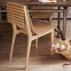 La Chaise Market  Design: Noé Duchaufour Lawrance  Materiale: Massivt Egetræ og kork  Specifikationer: Sæde Højde 45 cm  Sædet kan rulles sammen og så kan stolen stables! Smukt og praktisk.