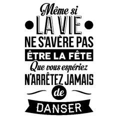 N'arrêtez jamais de danser Plus Some Quotes, Words Quotes, Positive Attitude, Positive Thoughts, Wedding Mallorca, Positiv Quotes, French Quotes, In Vino Veritas, Visual Statements