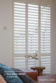 Houten shutters in je woonkamer lijkt ons een goed idee. Wat vind je van deze witte shutters in de kleur Pure White WP001? Interior Design Living Room, Living Room Decor, Bedroom Decor, Sustainable Design, Design Trends, Small Spaces, New Homes, Blinds, Villa