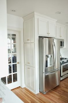 So many things I love about this kitchen... the baskets under the breakfast nook benches, this skinny cabinet for spices on the side of the fridge, hidden double ovens, shelf organizers, etc!
