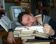 Quand tu es seul au bureau, tu peux siester tranquille