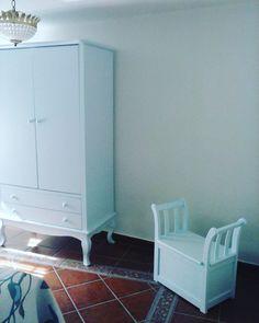Queremos mostraros esta #habitación, pintada en azul, #mesilla y #armario vedra, dos #marquesitas y un #cabecero de friso...¿Os gusta?