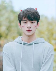 Let your love be like the misty rains, coming softly, but flooding the river. Hot Korean Guys, Korean Boys Ulzzang, Ulzzang Korea, Ulzzang Boy, Jung So Min, Asian Actors, Korean Actors, Beautiful Boys, Pretty Boys