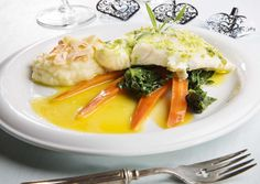 Halibut with orange boiled carrots and spinach (Norwegian Recipe) Seafood Dinner, Fish And Seafood, Norwegian Food, Halibut, Spanakopita, Thai Red Curry, Cod, Spinach, Carrots