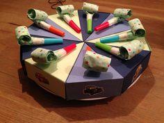 Taartpunten van karton. Gevuld met een kleine bellenblaas en een doosje rozijnen.