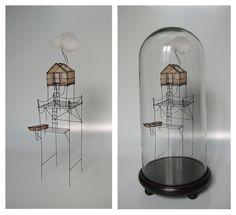Isabelle Bonte- cabane à voyager (02) sous globe fil de fer, tarlatane teintée & nuage H 40 x 18 cm de diamètre