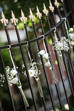 witte Gypsophilia's en Lisianthussen als decoratie aan hek