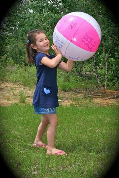 7 Spanish games with beach balls. The games get kids moving and speaking Spanish for summer fun! http://www.spanishplayground.net/7-spanish-beach-ball-games-kids/