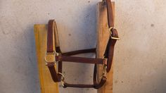 Enjoy a 35% discount with the code SOLDES35 when ordering! Each item is unique in there is not for everyone! Valid from January 4 to January 31, 2017   Stable size Brown leather horse Halter. Sobre Halter with headrest and noseband lined with a beige leather. The hardware is brass yellow. It is completely cut, shaped and hand-stitched.