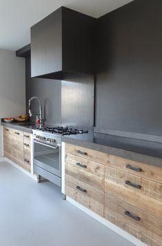 Stupenda cucina moderna in muratura, stile maschile minimal - top in cemento, cassetti e sportelli in legno grezzo noce - parete paraschizzi colore nero,