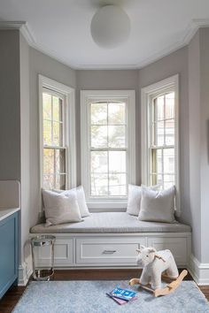Cozy little bay window designed with white built-in bench finished with white and gray cushion seat dressed with white metallic pillows. Bay Window Bedroom, Bay Window Decor, Bay Window Design, Bay Window Benches, Bay Window Living Room, Bay Window Seating, Bay Window Storage, Elegant Girls Bedroom, Window Furniture