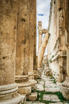 Baalbeck Temple in Lebanon Beautiful Ruins, Beautiful Buildings, Middle East Destinations, Travel Destinations, Great Places, Places To See, Vacation Trips, Vacation Travel, Budget Travel