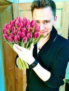 Well isn't this just Tom Hiddleston with a bouquet of tulips Loki Laufeyson, Loki Thor, Tom Hiddleston Loki, Thomas William Hiddleston, Tom Hiddleston Birthday, Rodrigo Santoro, Kit Harrington, Michael Fassbender, Actor Keanu Reeves