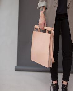 Nadire Atas on High Style Handbags 46 Minimalist Handbag Designs - From Vintage Geometric Purses to Minimalist Menswear Totes (TOPLIST) Minimalist Chic, Fernanda Yamamoto, Sacs Design, Casual Styles, Burberry Handbags, Shopper, Beautiful Bags, Leather Craft, Handmade Leather