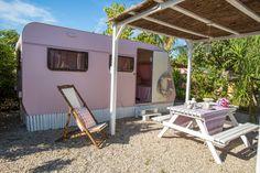 Caravanas Vintage en alquiler en el camping situado en primera línea de mar, en la Costa Dorada. Recreational Vehicles, Places To See, Camper, Journey, Pink, Beach Feet, Rouge, Country Houses, Caravan
