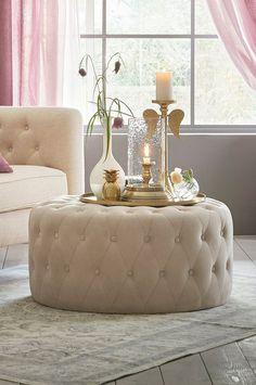 En sittpuff kan vara en värdefull sittplats om gästerna blir många. Material: Sammet eller konstskinn(PU). Trästomme, zickzackfjäder, resårkärna och skumgummifyllning. Storlek: Höjd 40 cm, ø 80 cm. Beskrivning: Sittpuff med djuphäftade och klädda knappar. Kombinationen zickzackfjädrar, resårkärna och skumgummifyllningen maximerar sittkomforten. Tips/råd: Fungerar som extra sittplats eller ett mjukt sideboard till din soffa.