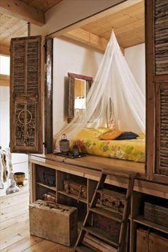 Кровать в шкафу выглядит очень уютной. В ней даже есть маленькое окошко!
