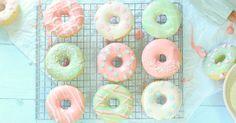 Bei diesen pastellfarbenen Donuts aus dem Backofen wollte ich mich einfach mal austoben! Mit Zuckerguss, mit Schokolade, mit Farbe und n...