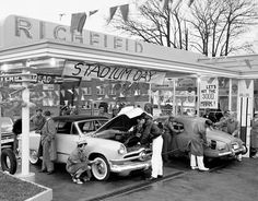 Service Station-pull in and not have to get out--good old days-- Old Gas Pumps, Vintage Gas Pumps, Old Pictures, Old Photos, Vintage Photos, Retro Pictures, American Gas, American Diner, Pompe A Essence