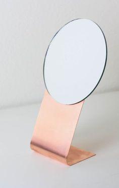 DIY Copper Mirror by Twinspiration Copper Mirror, Diy Mirror, Table Mirror, Craft Tutorials, Diy Projects, Copper Table, Copper Sheets, Easy Diy Gifts, Jewellery Display