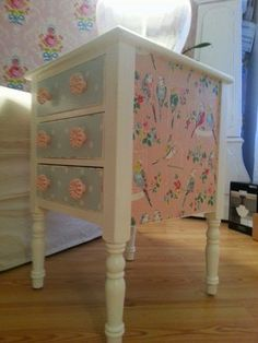 Painted furniture table makeover using cath kidston wallpaper and wrapping paper.Diane Hall - you can do this right ? Decoupage Furniture, Refurbished Furniture, Repurposed Furniture, Shabby Chic Furniture, Furniture Projects, Furniture Making, Furniture Makeover, Diy Furniture, Furniture Stores