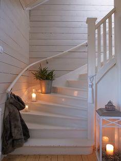 Av Anna Truelsen Foto Jonas Lundberg I senaste numret av Leva o bo har Jonas och jag med ett julreportage ifrån J. Wood Stairs, House Stairs, Cottage Shabby Chic, White Stairs, Stair Steps, My Sewing Room, Stairway To Heaven, Stairways, My Dream Home