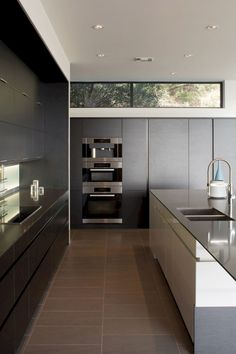 Here we showcase a a collection of perfectly minimal interior design examples for you to use as inspiration. Black Kitchens, Luxury Kitchens, Home Kitchens, Küchen Design, Home Design, Home Interior Design, Design Ideas, Luxury Interior, Kraftmaid Kitchen Cabinets