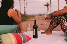 Localizada na Vila do Outeiro, está a 5min de 3 praias: Espelho, Amores e Outeiro. Possui 7 suítes amplas, claras e arejadas, ar condicionado, TV, internet e fr #pousada #Brisasdoespelho #vinho #praia #tranquilidade