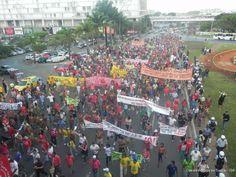 Uma manifestação conjunta da Mobilização Nacional Indígena e de movimentos sociais contra a Copa parou o centro de Brasília, no final da tarde de ontem (27/5), reunindo mais de 2 mil pessoas.  Foto: Oswaldo Braga de Souza/ISA