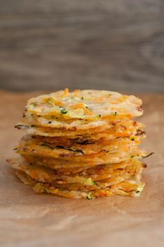 Crispy Parmesan Vegetable Chips - A little pinch of Anna- Crispy Parmesan-Gemüse-Chips – Eine kleine Prise Anna Crispy Parmesan Vegetable Chips – A little pinch of Anna - Parmesan Zucchini Chips, Party Finger Foods, Snacks Für Party, Yummy Snacks, Healthy Snacks, Calories In Vegetables, Vegetable Chips, Scones Ingredients, Paleo Pizza