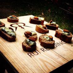 Brusqueta de pão integral com gorgonzola e avelãs, um dos amouse bouche que foram servidos no almoço Mesas Italianas, edição de hoje Nápoles que #chefnascimento fez hoje na #vinhoearte.