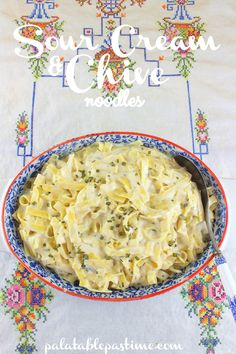 Sour Cream and Chives Noodles-great use for leftover pasta! I had fresh dill and parsley on hand so I used those. This simply creamy noodles side dish makes comfort food of any supper. Sour Cream and Chives Noodles By Sue Lau Recipes Using Egg Noodles, Egg Noodle Recipes, Jello Recipes, Raw Food Recipes, Cooking Recipes, Jewish Recipes, Pasta Recipes, Yummy Recipes
