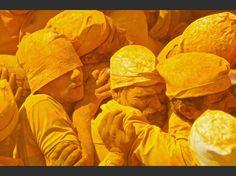 Procession au temple de Shiva à Jejuri, dans l'État de Maharashtra, en Inde. Des milliers de personnes participent chaque année au festival de Somvati Amavasya, lors duquel on utilise de la poudre jaune.