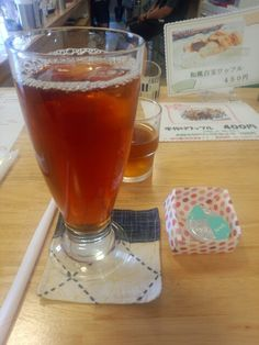今日は喫茶店でアイスティーいただいています。