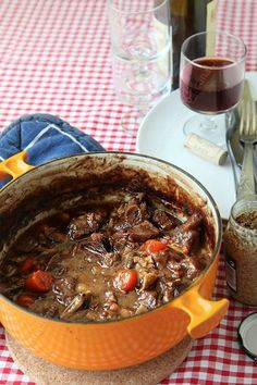 The beef bourgignon recipe with a deliciously creamy sauce - the yum- Vegetarian Crockpot Recipes, Vegetarian Lunch, Meat Recipes, Seafood Recipes, Healthy Dinner Recipes, Cooking Recipes, Beef Bourguignon, Creamy Sauce, Beef Dishes