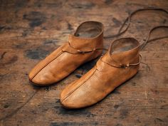 During the Middle Ages, or 500 – 1500 A.D., leather shoes were made using the turnshoe production method in Northern and Central Europe. The Middle Ages were nevertheless a time in which footwear truly flourished. New types of shoes were introduced, heels were invented, and even Goodyear-welted shoes were developed during this period. Cow Leather, Leather Craft, Leather Shoes, Vikings, Medieval Boots, Leather Moccasins, How To Make Shoes, Leather Accessories, Types Of Shoes
