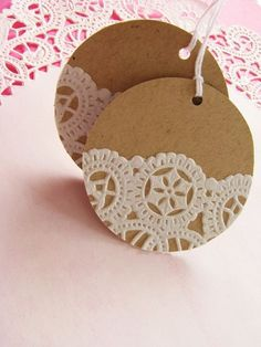 Add paper doilies to kraft paper circles for gift tags Doilies Crafts, Paper Doilies, Paper Lace, Navidad Diy, 242, Christmas Gift Wrapping, Christmas Tags Handmade, Vintage Christmas, Card Tags