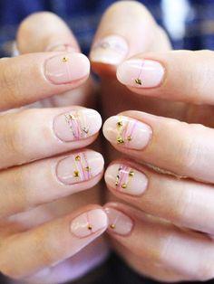 Süße verspielte Bracelet Nails sind DER Trend für den Sommer.