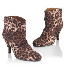 Sortez de votre réserve dans la jungle urbaine et affichez votre féminité avec ces boots à talon YOLOSO stylisées par un imprimé imitation léopard très actuel